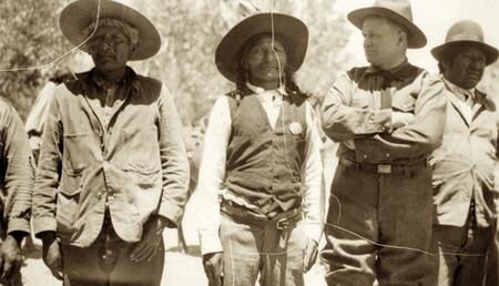 Da sinistra, Scotty e Posey con il Governatore Mabey e un altro non identificato