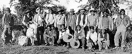 Il capo Posey, secondo a sinistra in piedi