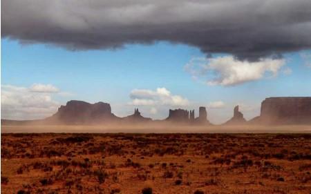 Nubi scure su panorami magici